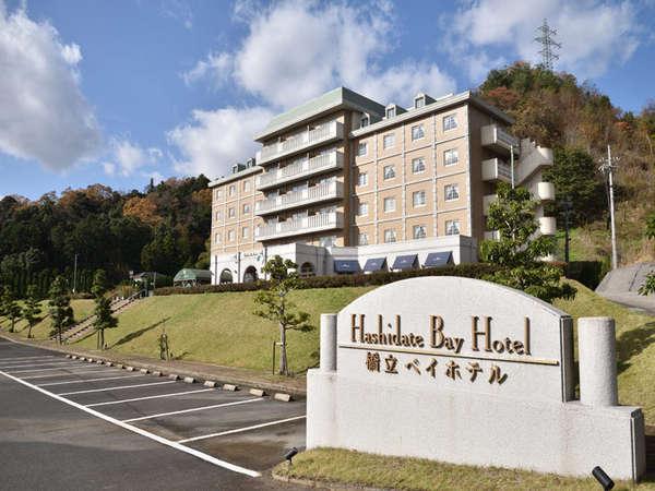 ホテル外観風景 駐車場は広めにスペースがあります。