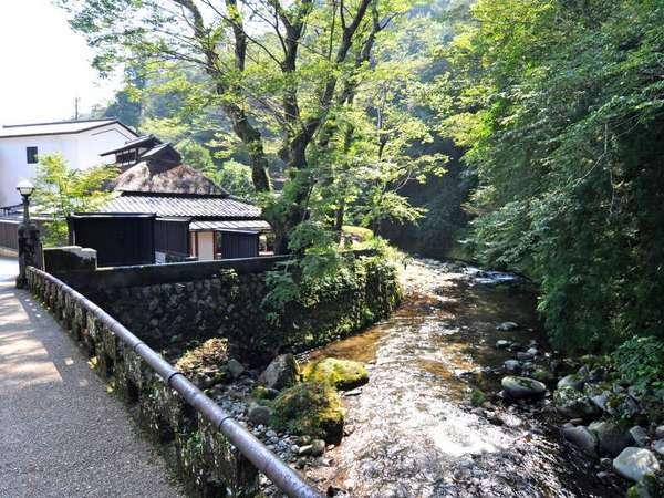 芳泉橋~敷地内を縫うように流れる清流吉奈川にかかる芳泉橋(大正14年竣工)