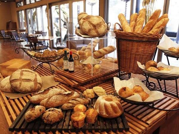 ベーカリー&カフェ[足湯テラス]~約30種類のパンをご用意しております