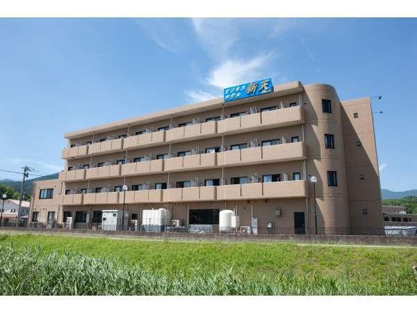 新天の客室は全部で32室。小川沿いの閑静な立地とシティホテル並みの広さのお部屋が好評です