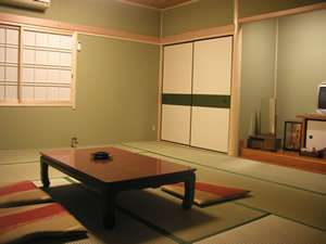 【客室】昭和のかおり和室で、のんびりお過ごしください。