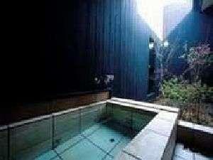 アジアン館客室露天風呂。お部屋に付いているお風呂だから滞在中いつでも独り占め。