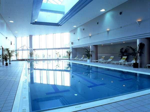 【プール】屋内プールなので天候を気にせず一年中楽しめます。