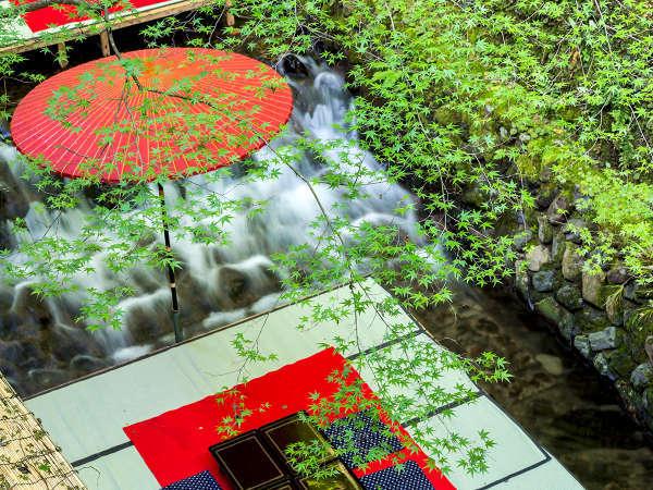 街中での暑さがまるで嘘のように清々しい空気が漂う「貴船の川床」。ぜひ夏の京都の思い出に。