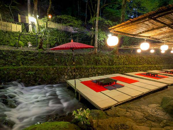 【盛夏の川床】涼しい風が心地よい川床。涼を感じるお料理とともにお愉しみください。