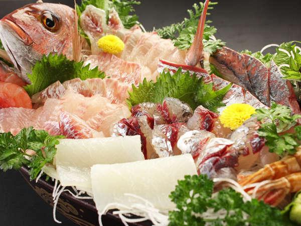 豪快でボリュームある新鮮な舟盛♪旬の魚を使うので内容はその日により異なります。