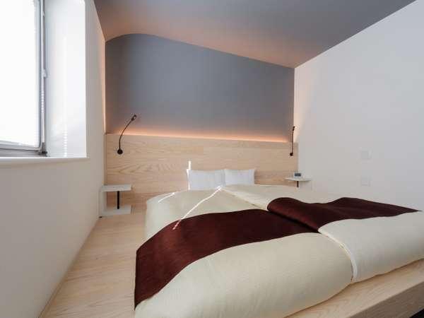 大きなベッドでゆったりくつろげるひろびろダブルルーム