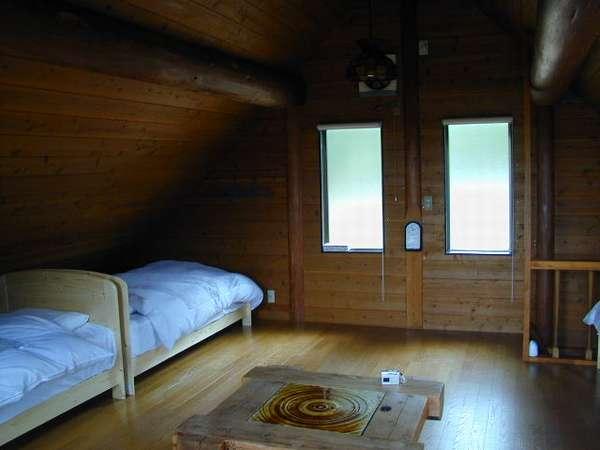 2階ロフトにはシングルベッド4台あります。