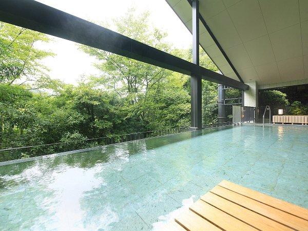 せせらぎの湯処:清流を渡る心地良い風を感じられる開放的な女性用露天風呂。