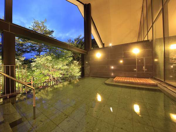 せせらぎの湯処:夕暮れ時からライトアップされ、木々も幻想的な雰囲気に。