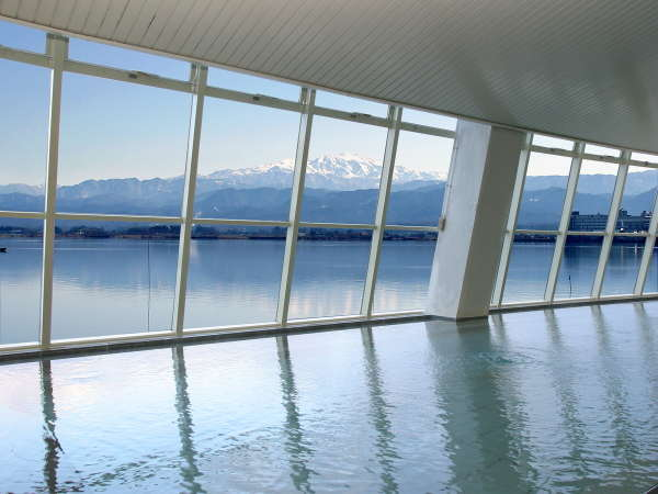 源泉100%の豊富な湯量と白山連峰の景観