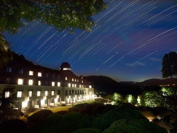 山のホテルにかかる星空(イメージ)