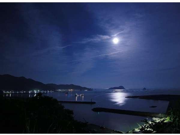 雲一つない満月の時に全客室から観れる幻想的な月の道