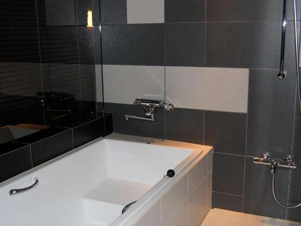 【グランデフロア バスルーム】広々バスタブゆっくりお寛ぎ頂けます。全室バス・トイレ独立タイプ。