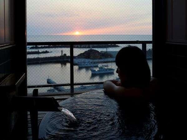 展望風呂付き客室からも美しい日本海を…