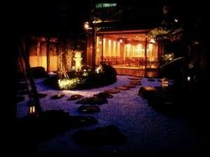 和ダイニング花鳥紋 ライトアップされた庭園を眺めながらゆったりと時間を過ごせます。