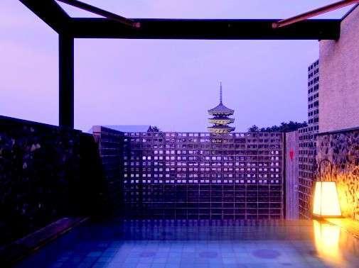 興福寺五重塔を望む露天風呂でゆったり。夜間はライトアップされて幻想的な景色に、、、