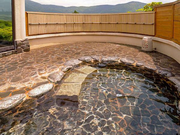 露天風呂からの景色は絶景です。大文字山も望めます。