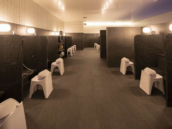 【男性用大浴場/洗い場】浴場内のアメニティも充実しております!