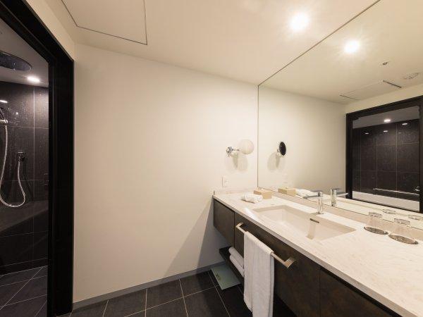 バスルーム(ツインタイプ)。全室バス・トイレ別。足を伸ばせる広々なバスタブ。天井レインシャワー付