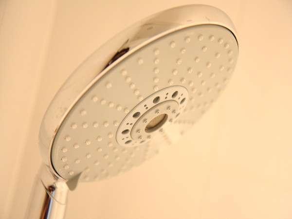 【ツイン】バスタブに浸かりながらレインシャワーをご利用いただけます。