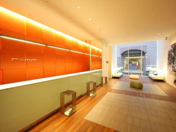 【2F フロント】同階には「Cafe&Meal MUJI」を併設しております。(朝食会場も「Meal MUJI」)