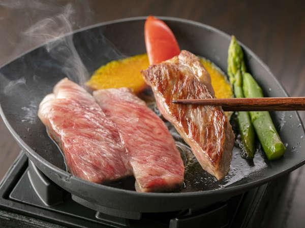 *【夕食:飛騨牛ステーキ(一例)】霜降りで甘みのある脂がとろける舌触りの飛騨牛は、ステーキに最適