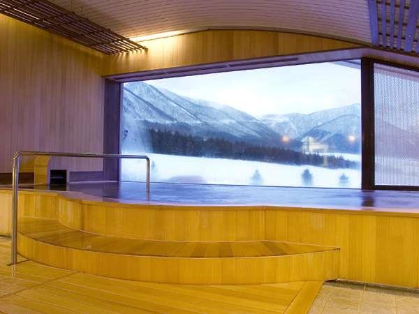 大きな窓から景色をを一望できる展望大浴場(冬)。天候に左右されずお楽しみいただけます