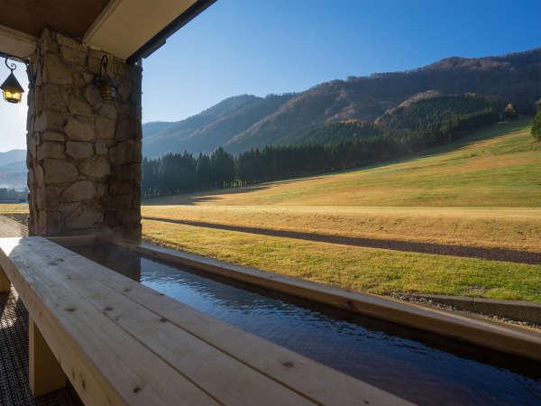 ゲレンデ側に2015年より足湯「わらすこの湯」が誕生。緑の山々を望みながらの足湯もまた格別。