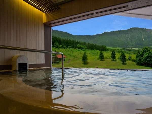 【展望大浴場・男性】すっきりと晴れた日は禿岳(カムロダケ)と青空のコントラストを満喫!