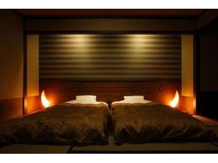 和モダンツインベッドルームでゆったりのんびり。全てのお部屋にツインベッドが設置されております。