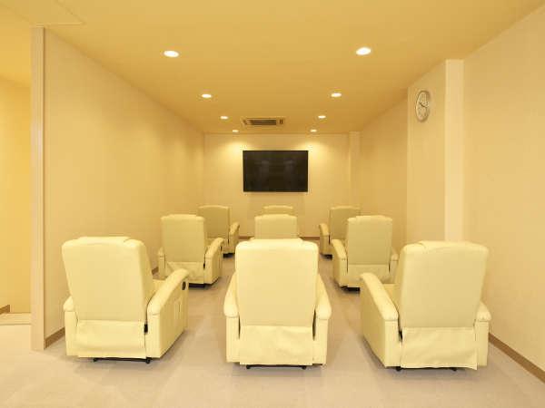 リクライニングフロア「ソファーコーナー」大型テレビ設置