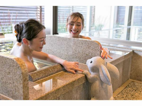 【大湯処:月華】露天風呂の寝湯にもかわいいうさぎがひょっこり☆