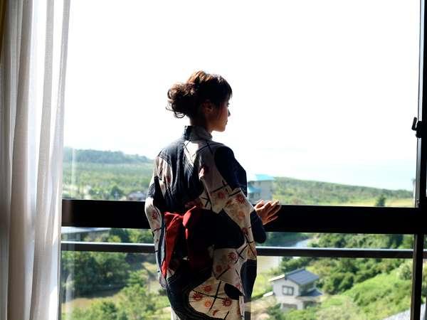 客室からは日本海と夕日ケ浦温泉郷の瓦屋根の街並みを望む [客室一例]