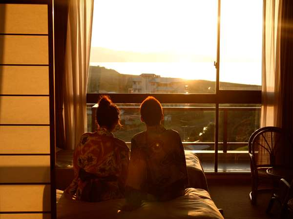 客室からは、夕刻に美しい夕陽と茜色に染まる海を二人占めも