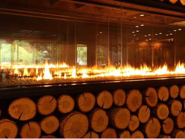 【エントランス】館内へ入ると楢の木を敷き詰めた、ぬくもりある暖炉がお出迎え