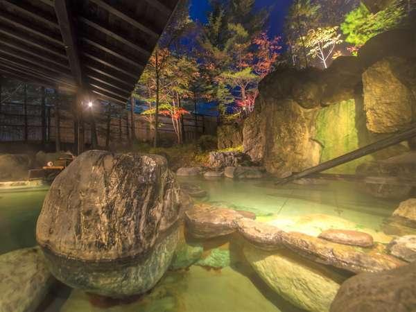 【露天風呂/秋】色付く木々を眺めながらの露天風呂