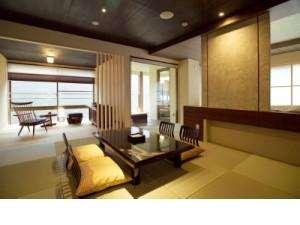 露天風呂&足湯付客室「玉響(たまゆら)」。ベットを2客備えた特別室です。