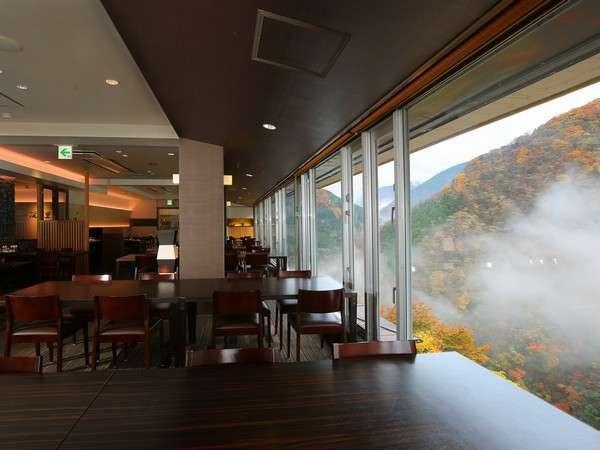 お食事をしながら祖谷渓谷を一望できるCafe Dining HANA。