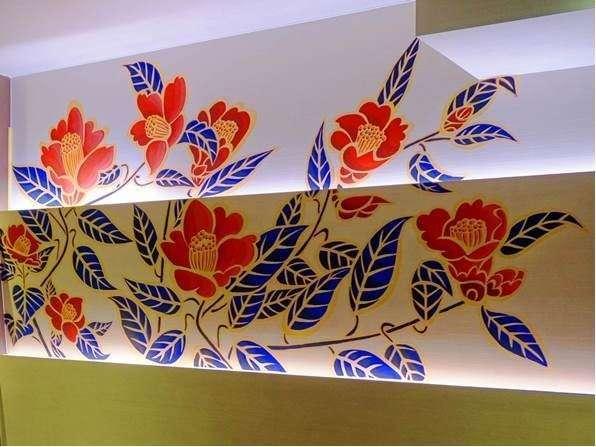 Cafe Dining HANA壁には画家 木村英輝氏による大胆な山椿の絵が描かれています