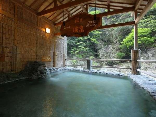 ■露天風呂 せせらぎの湯■源泉掛け流しの湯はシャンパーニュの泡よう・・・