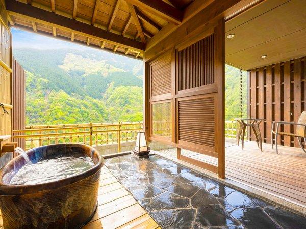 ■露天風呂付客室-ふたりじめ■露天風呂とテラスからは祖谷渓谷を一望。