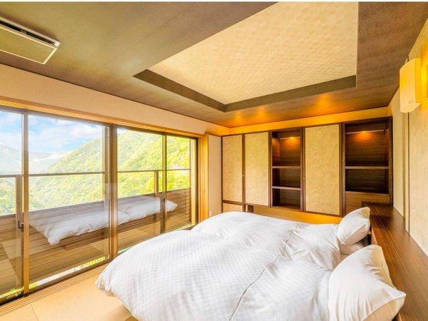 ■露天風呂・足湯付客室-玉響■ベッドルームからも祖谷渓谷を一望。
