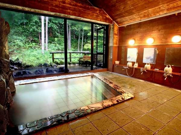 岩風呂をイメージさせる大浴場