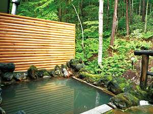 自然林に囲まれた露天風呂