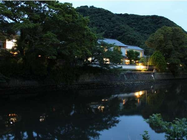 【松崎温泉 御宿しんしま】明治13年「長ハ」の漆喰鏝絵の残る蔵座敷。静かな温泉宿です。