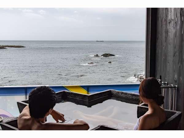 シーサイドウイング客室露天風呂。海岸までは15M!潮風と波の音を感じて下さい。