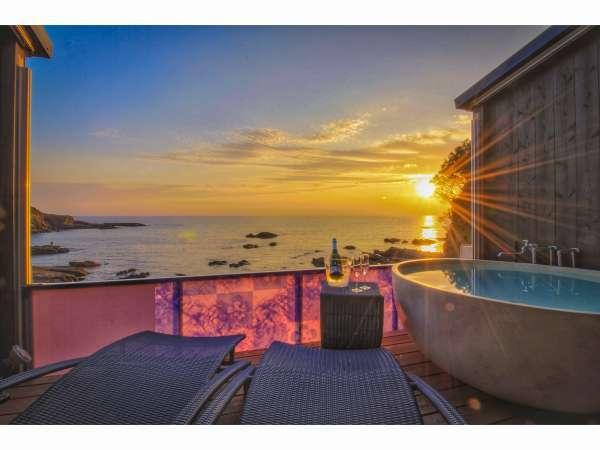 シーサイドウイング客室露天風呂からのオレンジに輝く夕日。