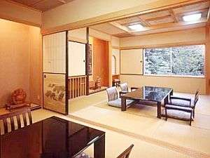 中庭を望む特別室は和室2間と6畳ほどのソファースペース付きでゆったり