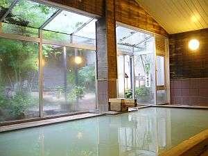 源泉そのままの温泉は天気によっても色が微妙に変化する。開放的な窓の大浴場(男性風呂)